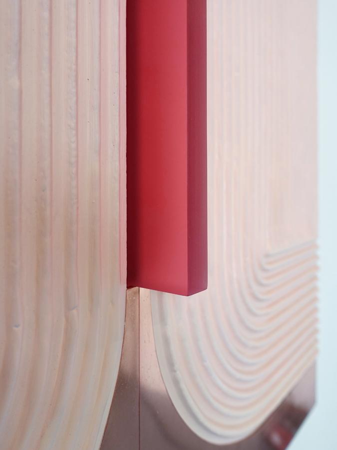 Kunstwerk met roze plexiglas